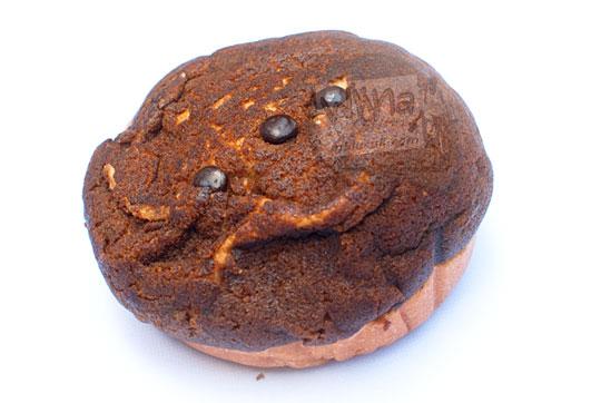 wujud fisik roti cokelat manna bakery dengan choco chips