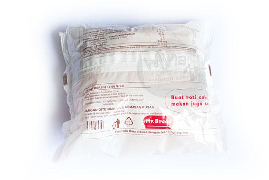 tampilan kemasan plastik belakang roti cokelat mr bread yang dijual di indomaret