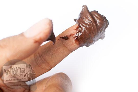 selai cokelat sari roti tebal enak banyak sampai nempel jari dijilat-jilat