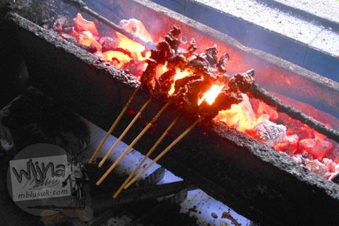 Proses memasak dan membakar Sate Kambing Mbak Bella di Jl. Imogiri Timur, Bantul pada tahun 2016