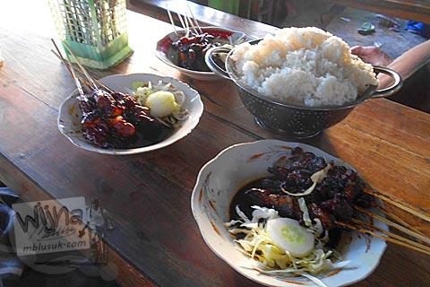 Daftar harga sate kambing dan nasi di Warung Sate Kambing Mbak Bella di Jl. Imogiri Timur, Bantul pada tahun 2016