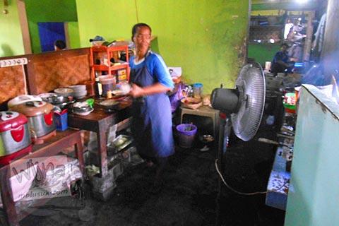 Dapur tradisional di Warung Sate Kambing Mbak Bella di Jl. Imogiri Timur, Bantul pada tahun 2016