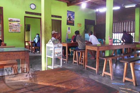 Suasana interior Warung Sate Kambing Mbak Bella di Jl. Imogiri Timur, Bantul pada tahun 2016