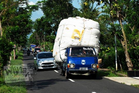 Mobil kelebihan muatan terbalik di Yogyakarta di tahun 2016