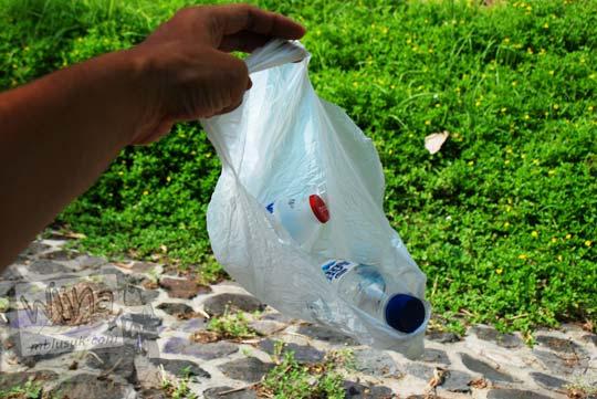 Sampah plastik hanyut di Selokan Van Der Wijck, Yogyakarta di tahun 2016