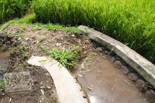 Petani menutup paksa cabang saluran air dari Selokan Van Der Wijck dengan tanah di tahun 2016