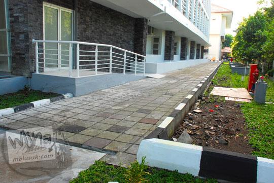 Akses jalan privat ke lobi gedung kuliah baru di Kampus FMIPA Utara UGM di tahun 2016