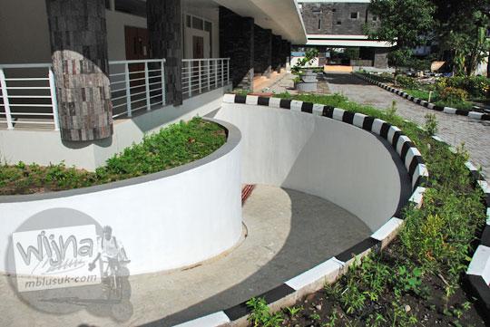 Akses jalan kendaraan roda dua ke parkiran basement di gedung baru Kampus FMIPA Utara UGM di tahun 2016