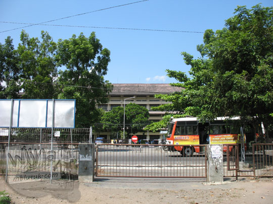 Jalan belakang di Fakultas Biologi UGM tempat naik dan turun bus di tahun 2006