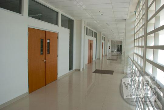 Lorong penghubung ruang kuliah di gedung baru Kampus FMIPA Utara UGM di tahun 2016