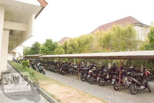Suasana parkir sepeda motor mahasiswa dan karyawan di kampus utara FMIPA UGM di zaman dulu