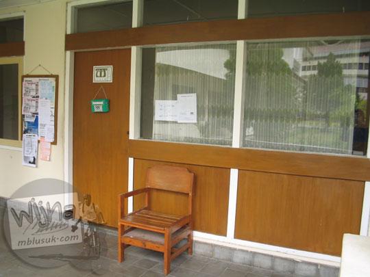 Tampak luar ruang sekretariat Himatika UGM di kampus FMIPA Utara di tahun 2005