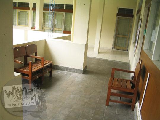 Selasar sekretariat Himatika UGM di kampus FMIPA Utara di masa lalu