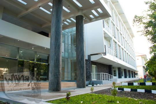 Sisi luar lobi gedung baru Kampus FMIPA Utara UGM di tahun 2016