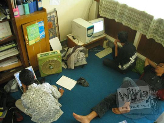 Aktivitas mahasiswa di dalam ruang sekretariat Himatika UGM di kampus FMIPA Utara zaman dulu