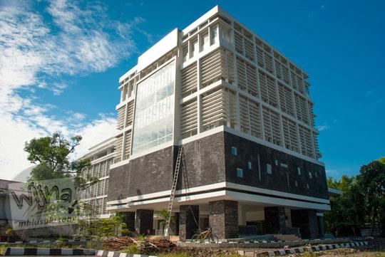 Tampak samping gedung kuliah baru di Kampus FMIPA Utara UGM di tahun 2016