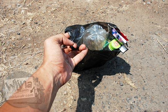 aksi bersih pungut sampah di Puncak Moyeng
