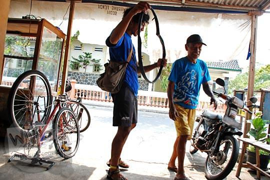 Lokasi tambal ban dan bengkel sepeda motor di dekat Gereja Santo Petrus Paulus, di Jl. Goden km 16 Klepu, Yogyakarta