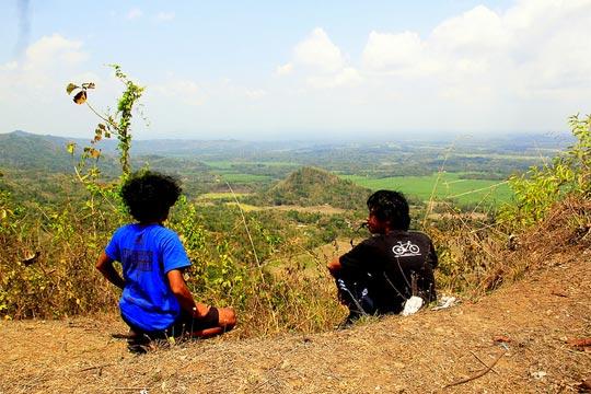 Pengunjung duduk bersantai sambil menikmati pemandangan indah yang tersaji dari Puncak Moyeng, Kulon Progo