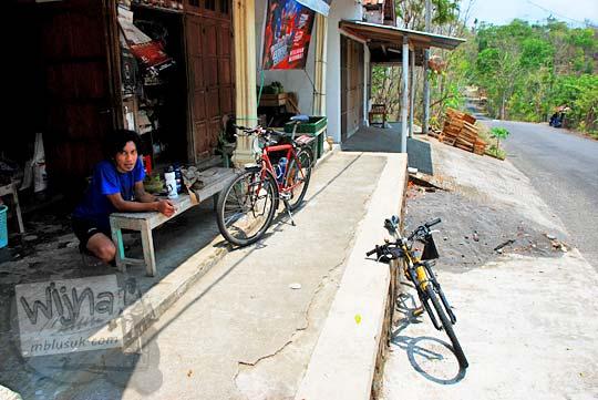 Warung kelontong yang ada di pinggir jalan (tanjakan) Kiskendo di Dusun Banaran, Girimulyo, Kulon Progo