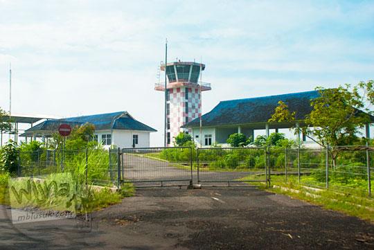 cara mendapatkan izin liputan perkembangan wujud bangunan lapangan udara militer Bandara Gading dengan menara kontrol ATC di tepi ruas jalan alternatif dari Playen ke Karangmojo, Gunungkidul pada April 2016