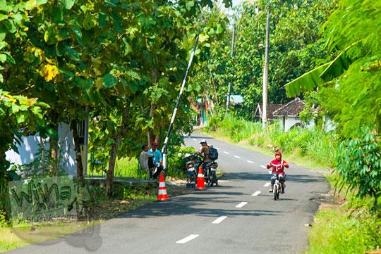 cerita aksi pemerasan oleh petugas pos retribusi tidak resmi mendekati kawasan Gua Pindul, Desa Bejiharjo, Karangmojo meresahkan wisatawan dan warga lokal dijaga aparat dengan portal sepanjang jalan dari Playen, Gunungkidul pada April 2016