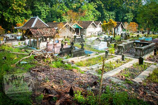 cerita seram mitos penampakan makam keramat yang di sepanjang jalan dari Playen ke Karangmojo, Gunungkidul mmeiliki nisan unik tradisional pada April 2016