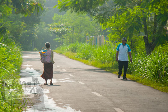 Warga tua simbah kakung dan putri berjalan kaki di ruas jalan alternatif Playen ke Karangmojo, Gunungkidul pertanda keramahan warga desa Yogyakarta pada April 2016