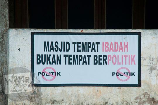 kontroversi isi papan pesan melarang ibadah dan politik di Masjid Al-Barokah, Karangtengah, Playen letaknya jalan alternatif dari Playen ke Karangmojo, Gunungkidul pada April 2016