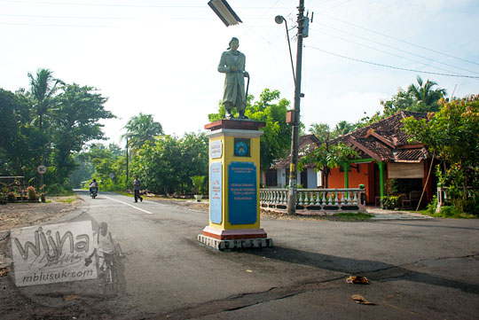 sejarah pendirian wujud patung Jenderal Sudirman di tengah suatu perempatan jalan alternatif dari Playen ke Karangmojo, Gunungkidul sebagai tanda lokasi rute gerilya militer pada April 2016