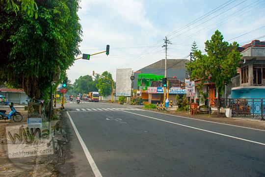 Suasana sepi jalan raya Yogyakarta - Wonosari di perempatan Lapangan Gading Playen, Gunungkidul pada April 2016