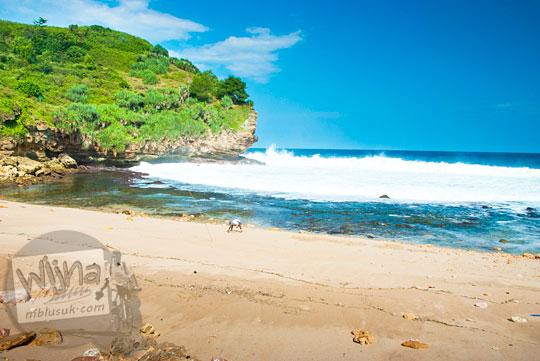 Ombak di pantai kecil di Gunungkidul yang tidak pernah besar sekalipun musim cuaca buruk