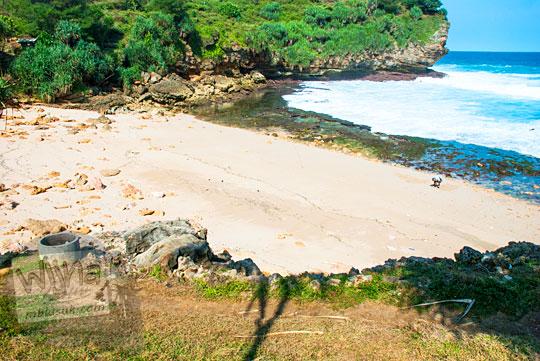 Pantai kecil yang sepi di Gunungkidul masih perawan di tahun 2016