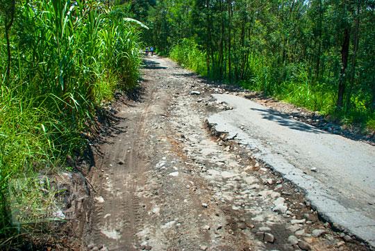 jalan rusak dari cangkringan menuju obyek wisata Kaliadem kondisinya rusak bolong parah setelah erupsi merapi dan sering dilalui jalur jeep lava tour merapi tidak diperbaiki pemerintah daerah setempat