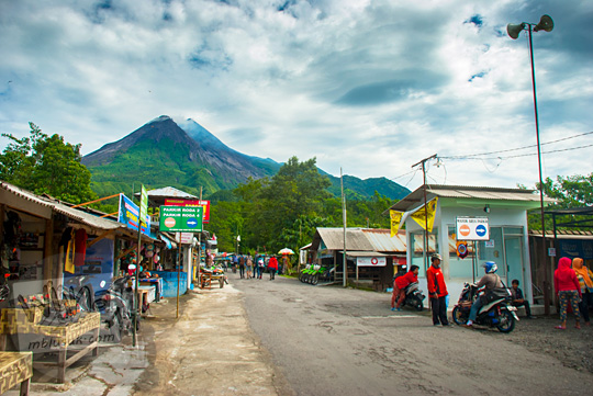 suasana kawasan parkir pengunjung dan jeep lava tour merapi di bebeng umbulharjo cangkringan pada suatu pagi hari dengan latar gunung merapi yang gagah cerah