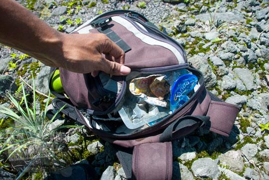 tas kamera lowepro digunakan sebagai tempat sampah darurat saat acara bersih gunung merapi di kawasan wisata Kaliadem cangkringan yogyakarta pada Februari 2016