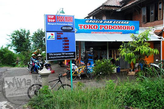toko kelontong PODOMORO yang terletak di jalan bebeng km 23 sidorejo pangukrejo umbulharjo cangkringan menyediakan tempat beristirahat bagi para pesepeda yang menuju ke arah kaliadem dan juga menjual berbagai jajanan camilan secara eceran grosir dengan harga murah