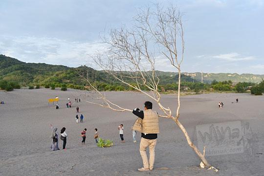 foto pemuda cowok mencari mangsa wisatawan gadis-gadis cewek wanita di Gumuk Pasir Parangkusumo Bantul untuk diajak berkencan pada Agustus 2016