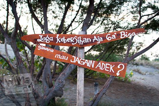 papan peringatan agar membuang sampah supaya sayang pacar yang terdapat di lokasi Gumuk Pasir Parangkusumo Bantul pada Agustus 2016