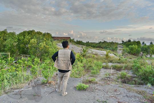 semak-semak dan pepohonan yang ada di sekitar Gumuk Pasir Parangkusumo Bantul sering digunakan sebagai lokasi pasangan pacaran memadu kasih berbuat mesum malam hari