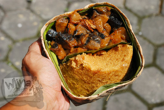 jual setengah porsi gatot dan setengah porsi tiwul di warung makan Yu Tum merupakan kuliner khas Gunungkidul, Yogyakarta