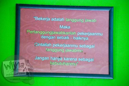 papan kata bijak tentang pekerjaan yang dipajang di dinding warung makan yu tum di Wonosari, Gunungkidul, Yogyakarta