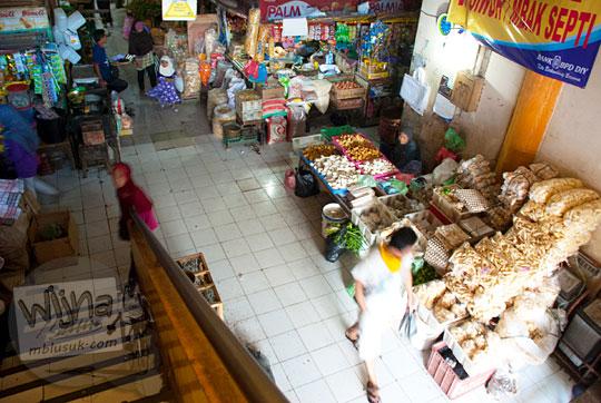 pemandangan suasana los tangga suatu lorong pasar Argosari di kota Wonosari Gunungkidul, Yogyakarta