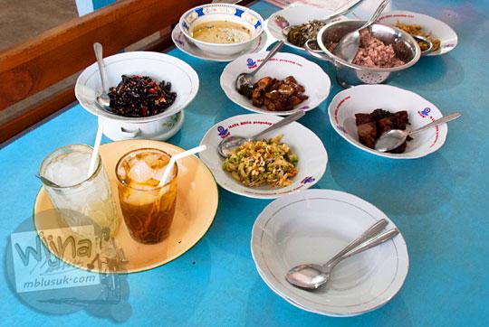 penyajian lauk di piring makanan di rumah makan nasi merah sego abang pari gogo khas Semanu, Gunungkidul, Yogyakarta