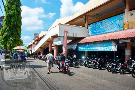 pemandangan wujud nampak luar bangunan pasar induk Argosari di Kota Wonosari, Gunungkidul, Yogyakarta