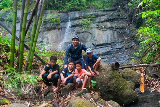 Foto bareng anak-anak di Air Terjun Surupethek, Pleret, Bantul di tahun 2015