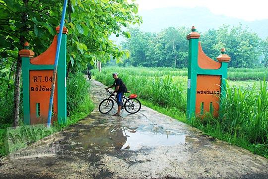 Foto Gapura Dusun Bojong, Wonolelo ke arah Air Terjun Surupethek, Pleret, Bantul di tahun 2015