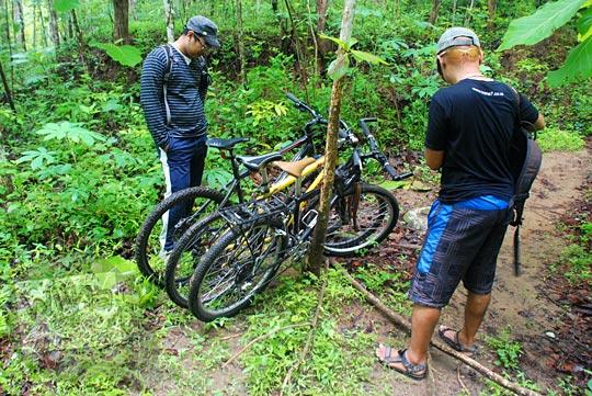 Parkir sepeda di dalam hutan dekat Air Terjun Surupethek, Pleret, Bantul di tahun 2015