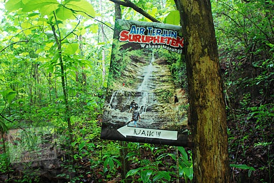 Selebaran petunjuk arah ke wisata Air Terjun Surupethek, Pleret, Bantul di tahun 2015