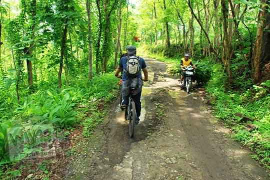 bersepeda santai di Dusun Ngelosari menuju kawasan wisata Puncak Bucu di Piyungan, Bantul pada Desember 2015